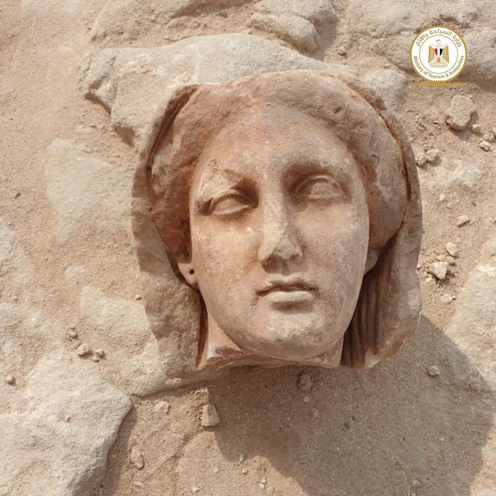 Múmia com língua de ouro, máscaras e estátuas são encontradas em catacumbas no Egito  - 2