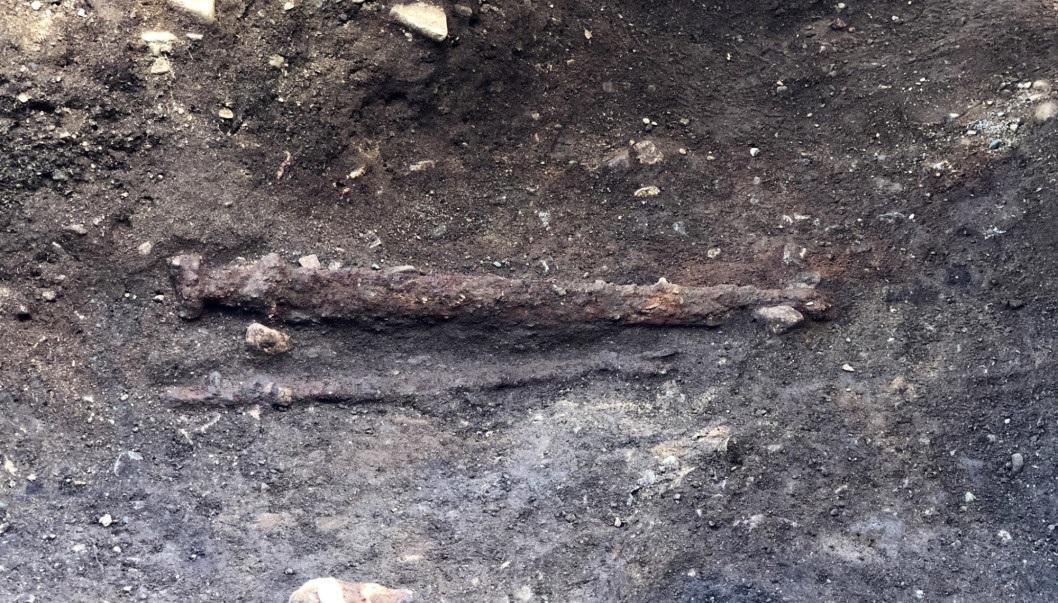 Arqueólogos encontram espada viking milenar no túmulo de um guerreiro na Noruega - 1